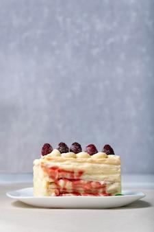 Bolo com framboesas e calda de frutas vermelhas. pedaço de bolo de frutas.