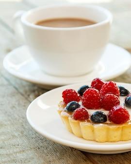 Bolo com frutas e café