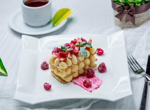 Bolo com frutas frescas em cima da mesa