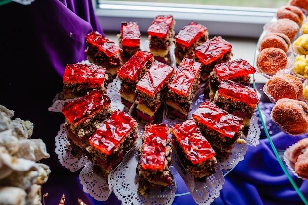 Bolo com geleia. torta. na mesa dos doces. feito com defeito. ruim, terrível, sem gosto. sobremesa. a doçura.