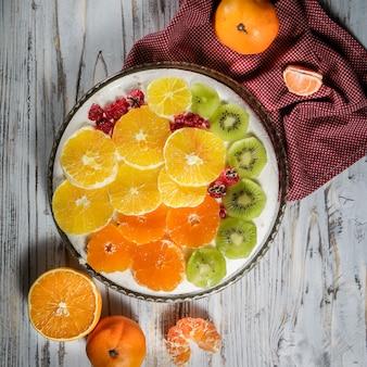 Bolo com kiwi, frutas cítricas, framboesa em um prato