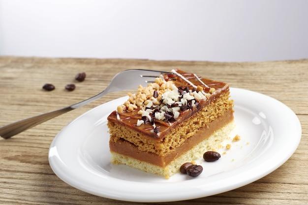 Bolo com nozes e chocolate na mesa de madeira