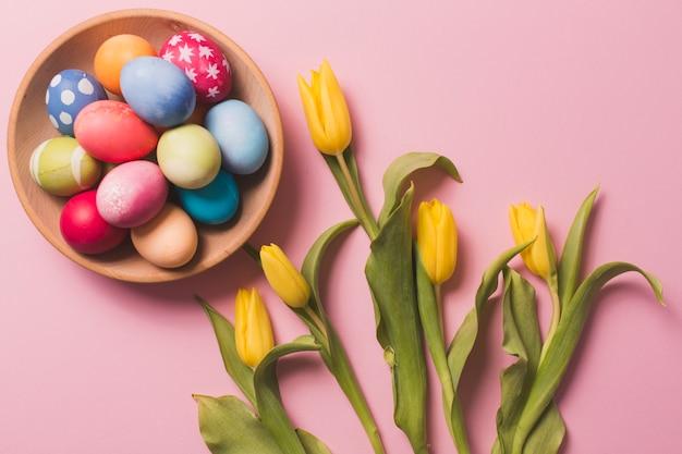 Bolo com ovos perto de tulipas
