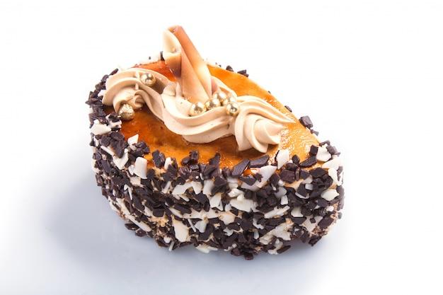 Bolo com pepitas de chocolate e decorações de creme isoladas