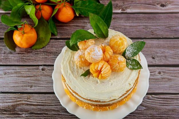 Bolo com tangerinas frescas da califórnia e folhas verdes.