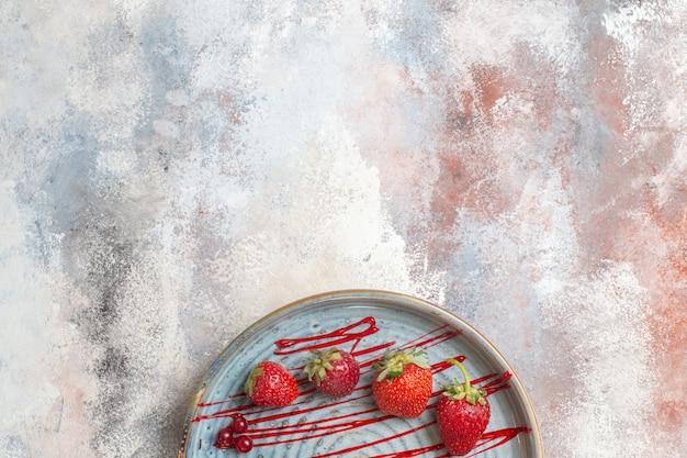 Bolo cremoso gostoso com frutas na mesa de luz, biscoito doce, bolo doce, vista de cima