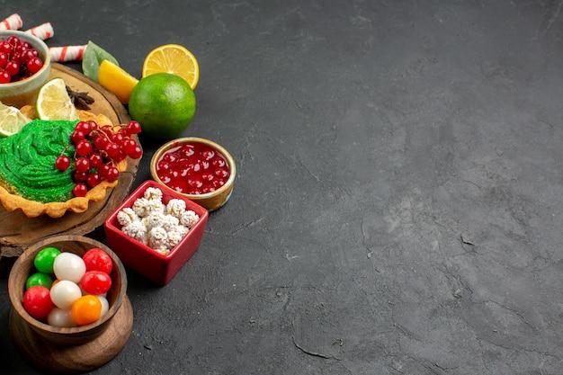 Bolo cremoso gostoso de vista frontal com frutas
