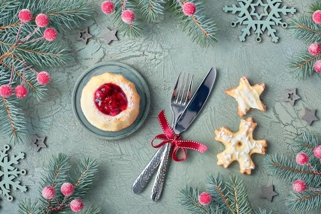 Bolo de anel mini bundt com geléia vermelha de whortleberry, garfo e faca e cookies