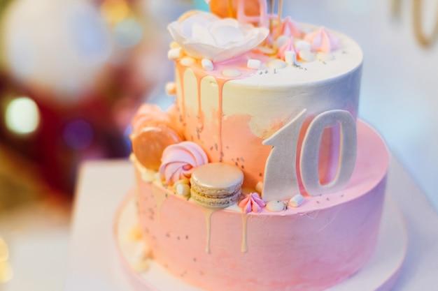 Bolo de aniversário bonito rosa 10 com flamingo
