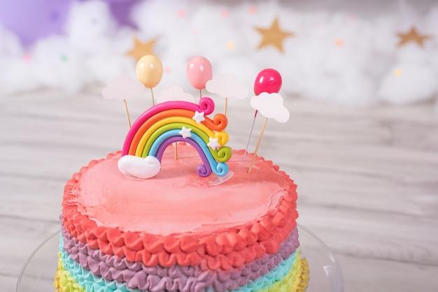 Bolo de aniversário colorido de close-up. bolo arco-íris. festa de aniversário.