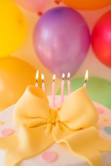 Bolo de aniversário com balões