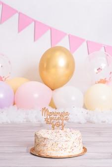 Bolo de aniversário com bolas coloridas. no topo onde diz