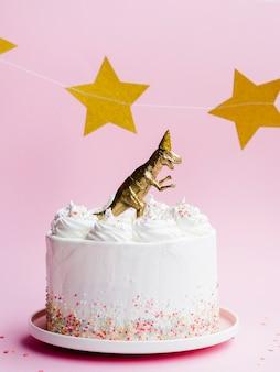 Bolo de aniversário com dinossauro e estrelas douradas