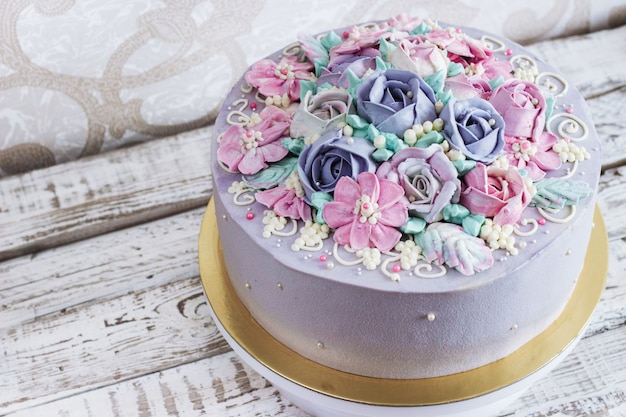 Bolo de aniversário com flores rosa em fundo branco