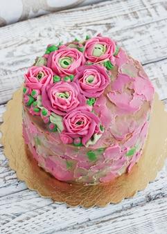 Bolo de aniversário com flores rosa