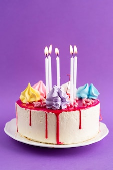Bolo de aniversário com fundo roxo