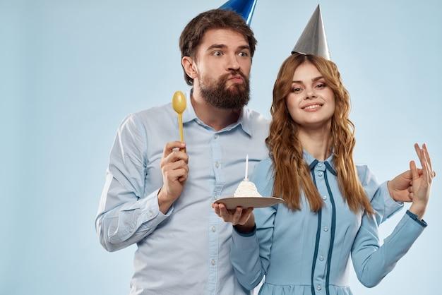 Bolo de aniversário com uma vela divertida festa corporativa de homem e mulher