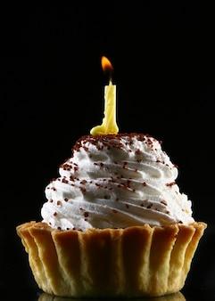 Bolo de aniversário com uma vela