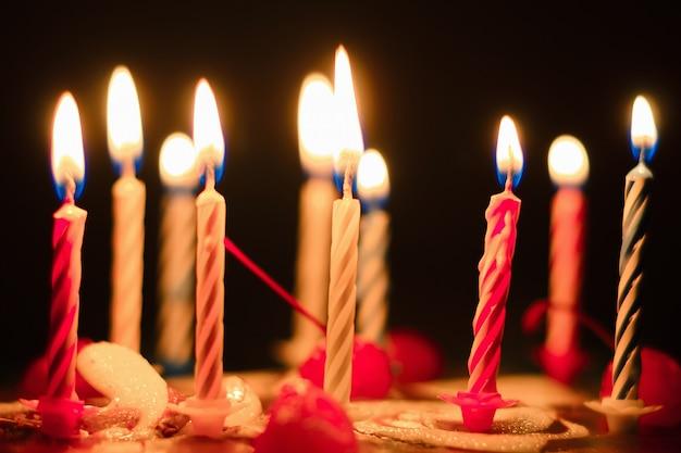 Bolo de aniversário com velas acesas, close-up