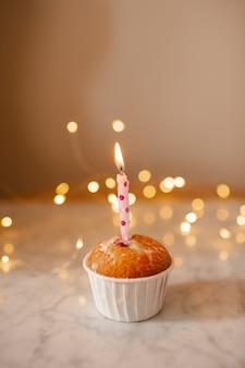 Bolo de aniversário com velas acesas e luzes brilhantes