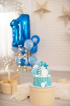 Bolo de aniversário de 1 ano decorado com merengues e estrelas Foto Premium