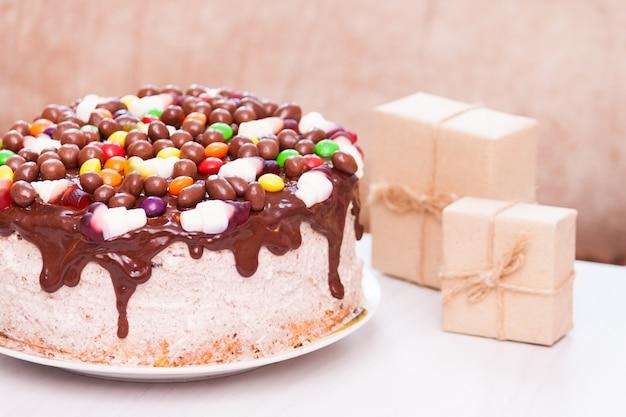 Bolo de aniversário de chocolate caseiro, presentes. pequeno aniversário em casa conceito.