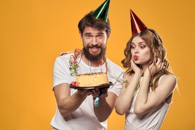 Bolo de aniversário de homem e mulher amarelo