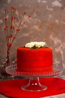 Bolo de aniversário de veludo vermelho lindo decorado com rosas brancas