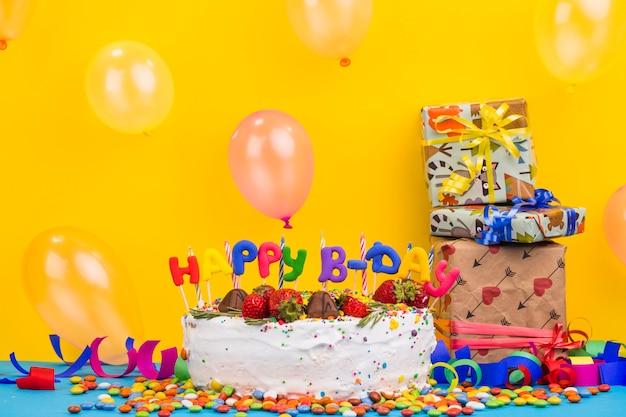 Bolo de aniversário de vista frontal com presentes