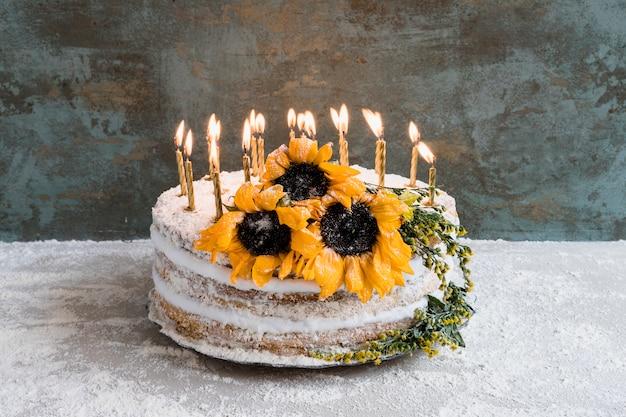 Bolo de aniversário decorado com flores