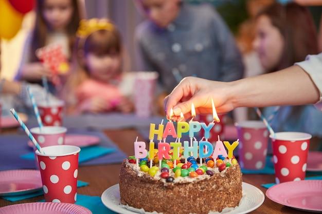 Bolo de aniversário delicioso com velas na mesa