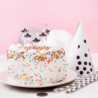 Bolo de aniversário delicioso com velas