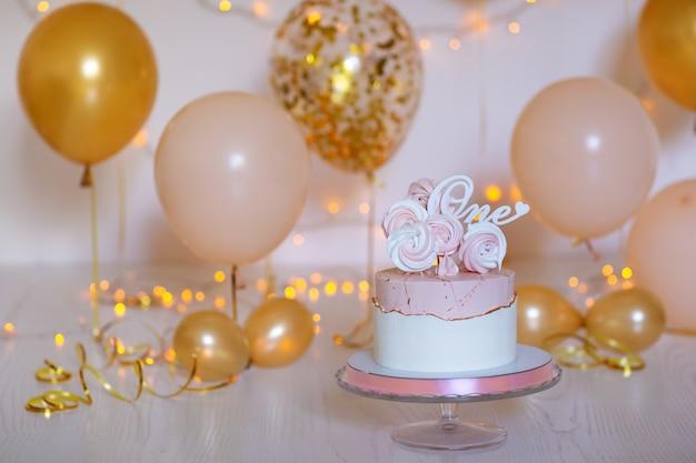 Bolo de aniversário e balões
