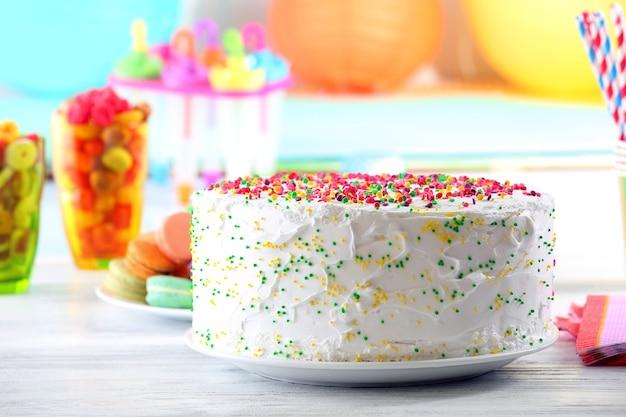 Bolo de aniversário em superfície colorida