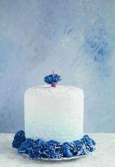 Bolo de aniversário na frente de fundo aquarela