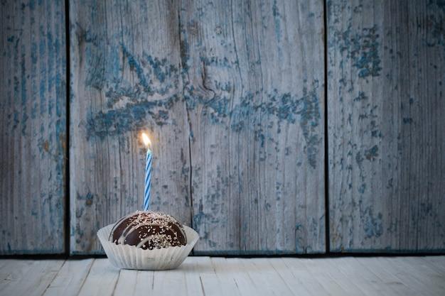 Bolo de aniversário na mesa de madeira