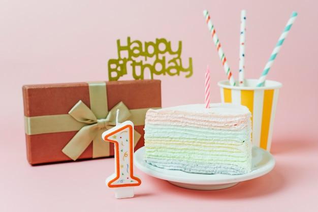 Bolo de aniversário rodeado por elementos de aniversário