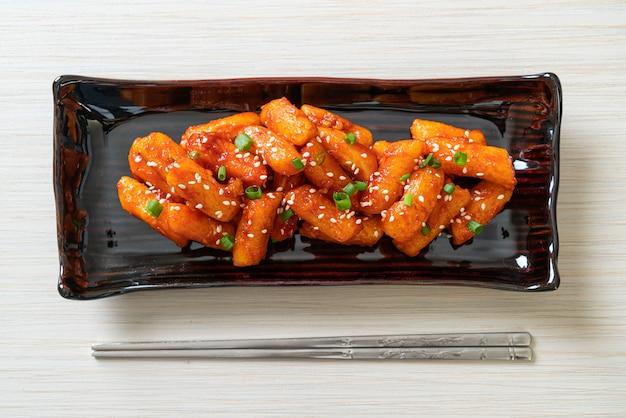 Bolo de arroz coreano frito (tteokbokki) com molho picante - comida coreana