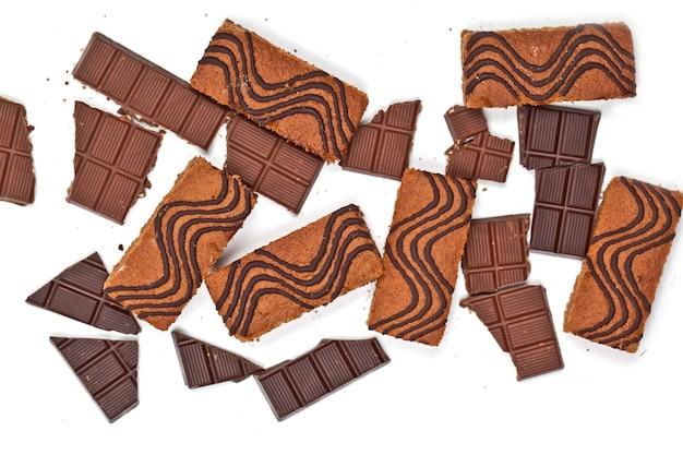 Bolo de barras cheias de creme e pedaços de chocolate rachados isolados