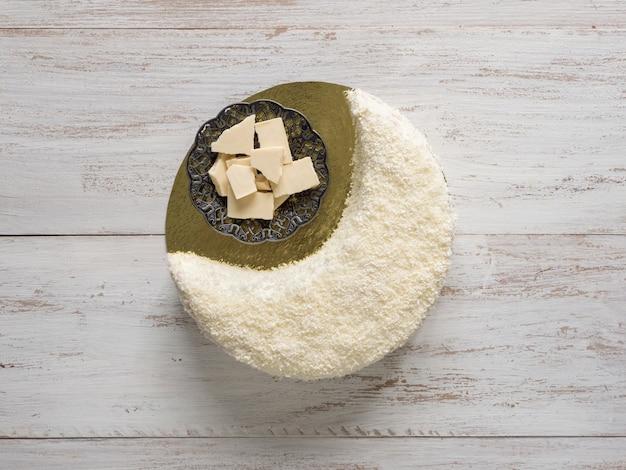 Bolo de biscoito polvilhado com chocolate branco em forma de lua crescente
