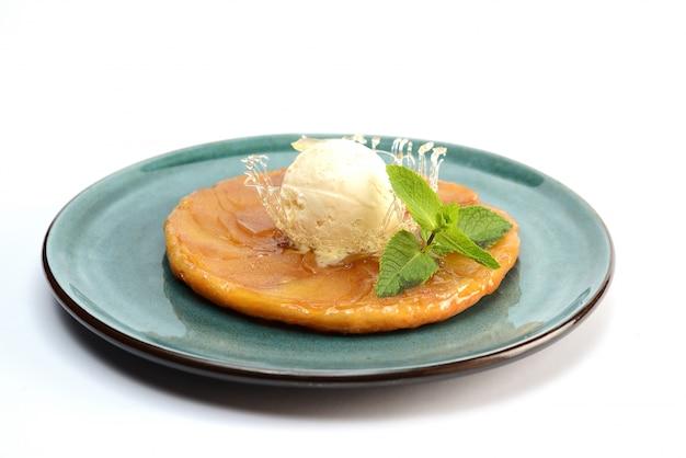 Bolo de bola de maçã e sorvete, decorado com menta e caramelo
