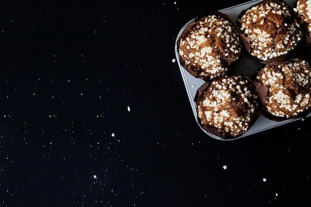 Bolo de bolinho de chocolate caseiro fresco sobre fundo preto