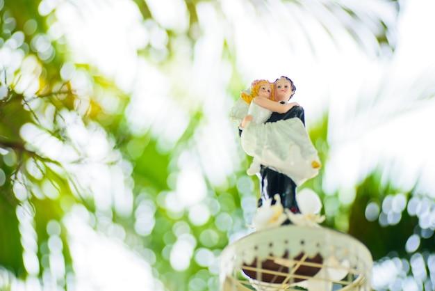 Bolo de boneca de casamento, amor casal, conceito feliz, bolo de casamento