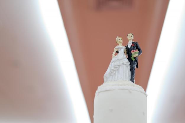 Bolo de boneca de casamento, casal de amor, conceito feliz, bolo de casamento