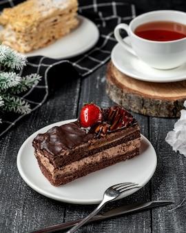 Bolo de brownie com morango e chá preto