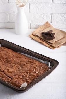 Bolo de brownie de chocolate servido na mesa branca