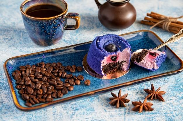 Bolo de café expresso com mirtilo em bastões de canela e grãos de café