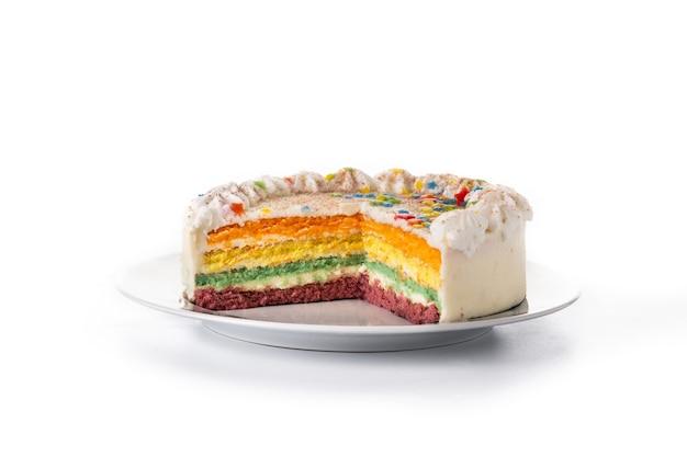 Bolo de camadas de arco-íris isolado no fundo branco