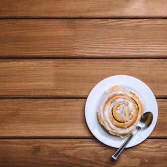 Bolo de canela em um prato branco