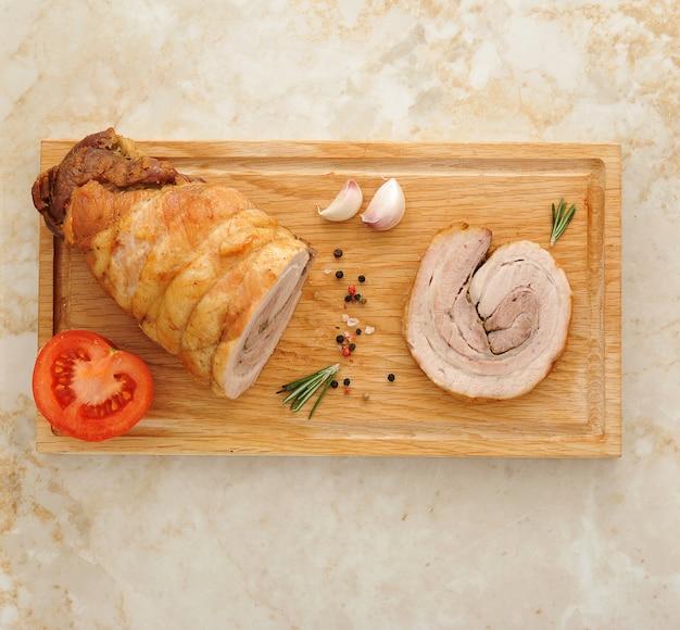 Bolo de carne em uma placa de madeira na superfície de mármore
